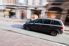 Conducción del coche en la ciudad Imagenes de archivo