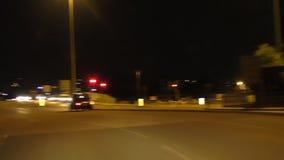 Conducción del coche en la ciudad en la noche almacen de metraje de vídeo