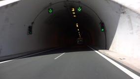 Conducción del coche en túnel, tráfico del subterráneo en las montañas, viajando en Grecia, Pov almacen de video