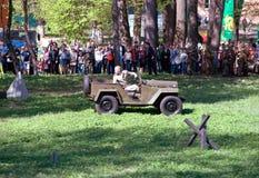 Conducción del coche militar Foto de archivo