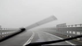 Conducción del coche a través de la niebla almacen de video