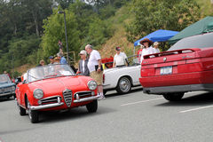 Conducción del convertible clásico de romeo de la alfa Foto de archivo