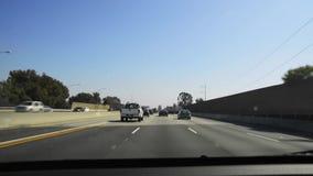 Conducción del POV a través de la autopista sin peaje 405 almacen de metraje de vídeo