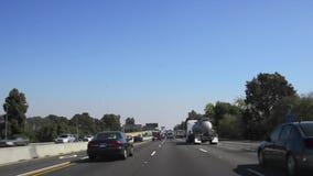 Conducción del POV a través de la autopista sin peaje 405 almacen de video