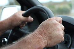 Conducción del volante y de las manos Fotografía de archivo