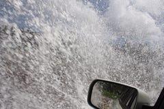 Conducción después de fuertes lluvias imagenes de archivo