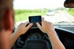 Conducción: El mandar un SMS y conducción adolescentes Fotografía de archivo libre de regalías