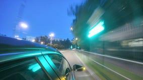 Conducción en calle de la ciudad de la noche Timelapse borroso Visión desde fuera de la cabina almacen de video