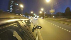 Conducción en carretera de la ciudad de la noche Timelapse borroso Visión desde fuera de la cabina almacen de video