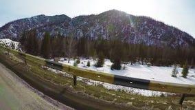 Conducción en el camino en condiciones peligrosas de la nieve y de la ventisca del invierno Monta?as de Altai, Siberia, Rusia C?m almacen de metraje de vídeo