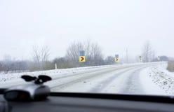 Conducción en el camino del invierno Imágenes de archivo libres de regalías