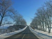 Conducción en el camino del invierno fotos de archivo