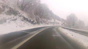 Conducción en el camino nevoso de la curva almacen de metraje de vídeo