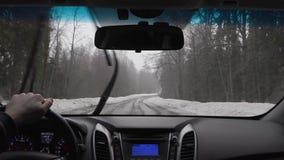 Conducción en el invierno en el vídeo del timelapse de las carreteras nacionales almacen de metraje de vídeo