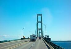 Conducción en el puente de mackinac famoso imagenes de archivo
