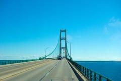 Conducción en el puente de mackinac famoso foto de archivo libre de regalías