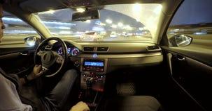 Conducción en el tráfico de ciudad de la noche almacen de metraje de vídeo