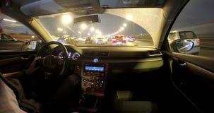 Conducción en el tráfico de ciudad de la noche metrajes