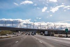 Conducción en la autopista hacia Palm Springs; Turbinas de viento instaladas en la entrada al valle Coachella; El condado de Los  foto de archivo libre de regalías