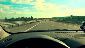 Conducción en la carretera en el verano