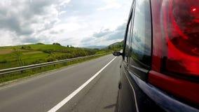 Conducción en la carretera en las montañas almacen de metraje de vídeo