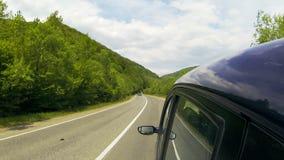 Conducción en la carretera en las montañas almacen de video