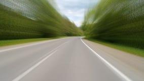 Conducción en la carretera en las montañas Película de la cámara de Point of View almacen de metraje de vídeo