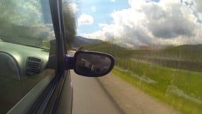 Conducción en la carretera en las montañas metrajes