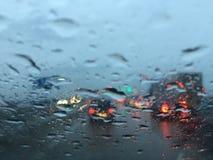 Conducción en la circulación densa debido a la reparación de la lluvia y del camino fotografía de archivo