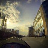 Conducción en la ciudad en una motocicleta Fotografía de archivo libre de regalías