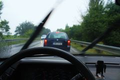 Conducción en la lluvia Fotos de archivo