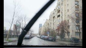 Conducción en la lluvia almacen de metraje de vídeo