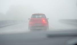 Conducción en la niebla Imagenes de archivo