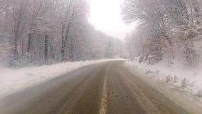 Conducción en la nieve almacen de metraje de vídeo