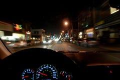 Conducción en la noche imagen de archivo