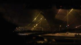 Conducción en la noche con la cámara en coche almacen de metraje de vídeo