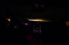 Conducción en la noche en la niebla Foto de archivo libre de regalías