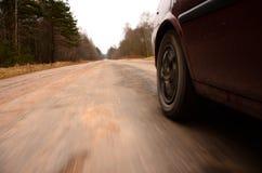 Conducción en la velocidad abajo de una carretera nacional Imagen de archivo libre de regalías