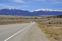Conducción en las montañas Imagenes de archivo