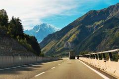 Conducción en las montañas Imagen de archivo libre de regalías