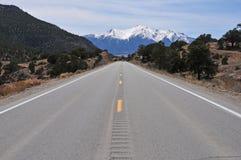 Conducción en las montañas y el ajuste rural Imágenes de archivo libres de regalías