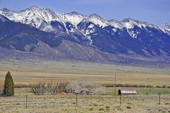 Conducción en las montañas y el ajuste rural Fotos de archivo libres de regalías