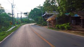Conducción en los caminos de Asia tropical palmeras a lo largo de la ruta Asia tropical Tráfico en el camino metrajes