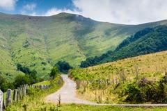 Conducción en un camino de la montaña Imagen de archivo libre de regalías