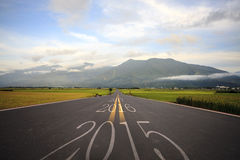 Conducción en un camino hacia 2016 próximo Imagen de archivo