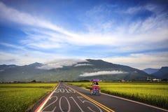 Conducción en un camino hacia 2016 próximo y el irse detrás de o Imagen de archivo