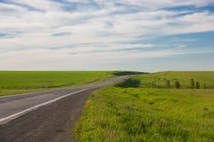 Conducción en un camino vacío Foto de archivo