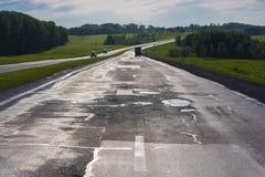 Conducción en un camino vacío Fotos de archivo
