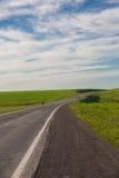Conducción en un camino vacío Imagenes de archivo