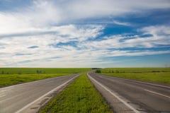 Conducción en un camino vacío Fotografía de archivo libre de regalías